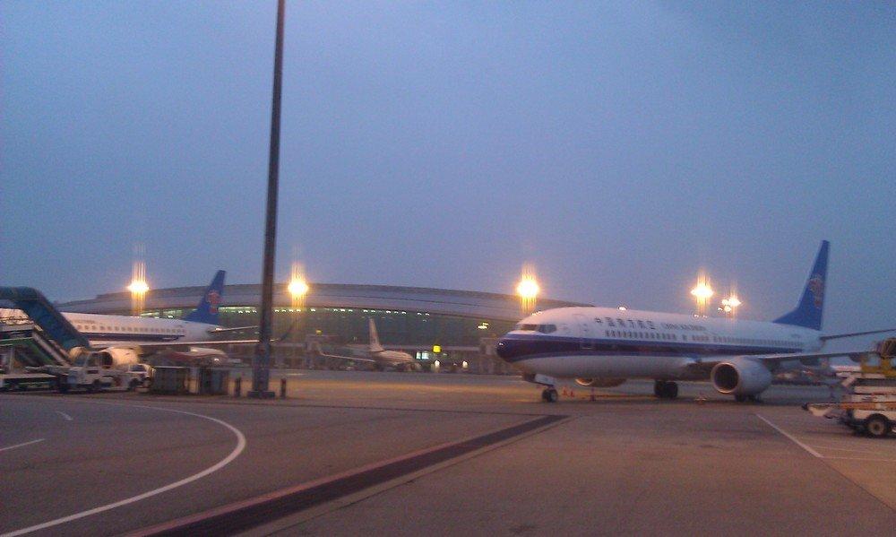 самолет в аэропорту гуанчжоу