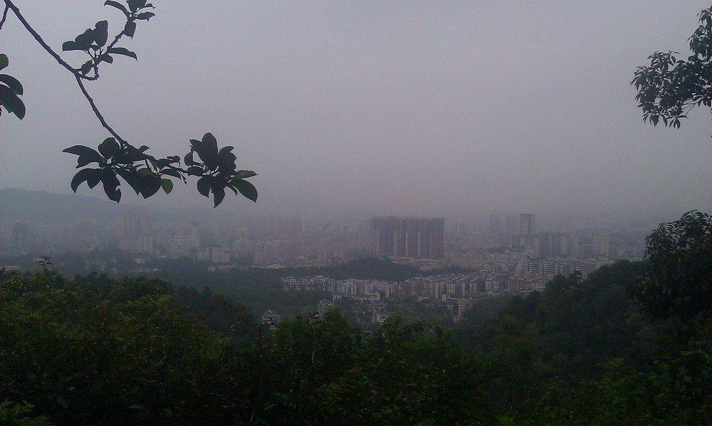 вид на город Гуанчжоу с горы Байюнь