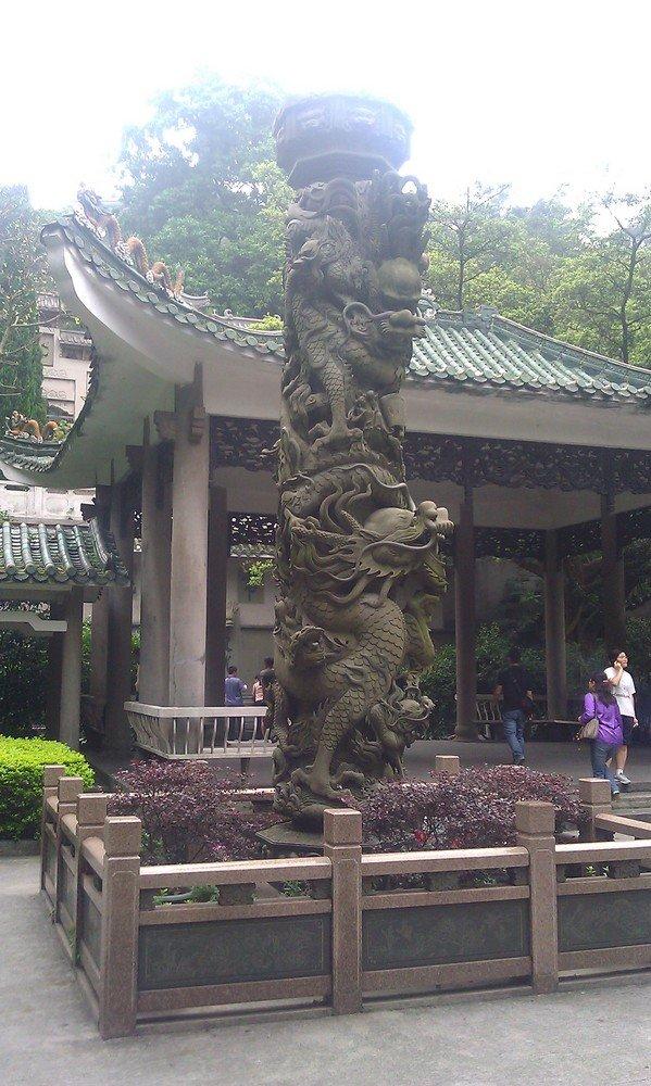 скульптура дракона и китайский павильон