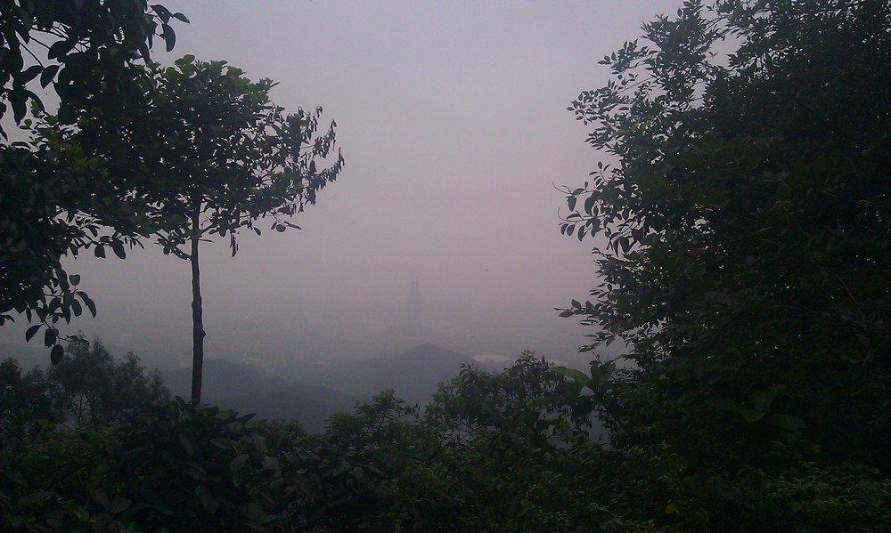 вид на город гуанчжоу в тумане