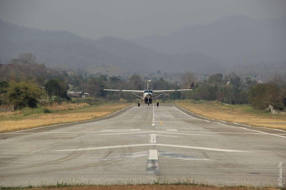 самолет над взлетно-посадочной полосой