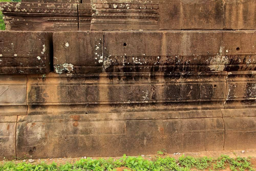 Фундамент кхмерского храма Ват Пу в Лаосе обработан неведомым способом. Киркой так ровно не вырежешь желобки по песчанику.