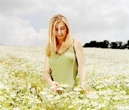 женщина в поле с ромашками