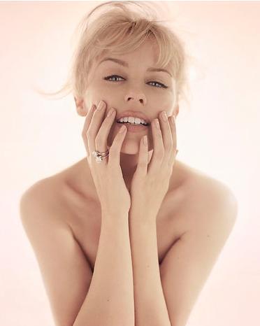 Кайли Миноуг улыбается