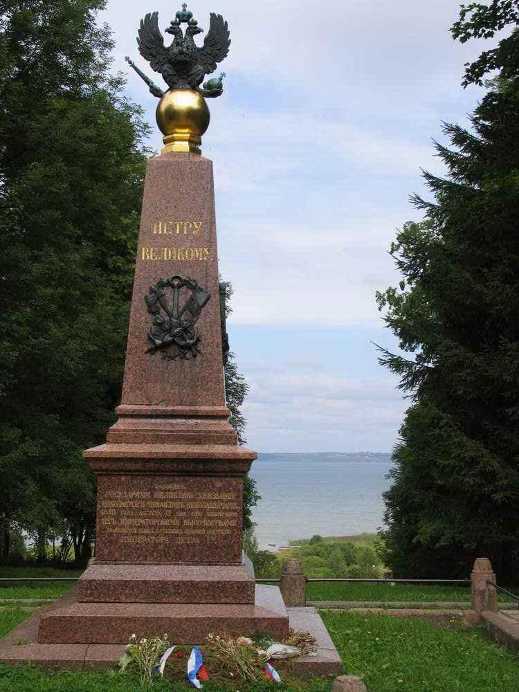 Обелиск Петру с видом на Плещеево озеро