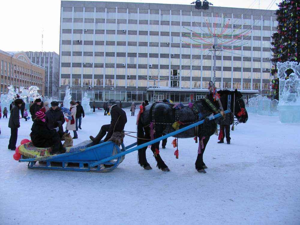 На новогодние праздники на главной площади (снова Стефановской) можно покататься в санях