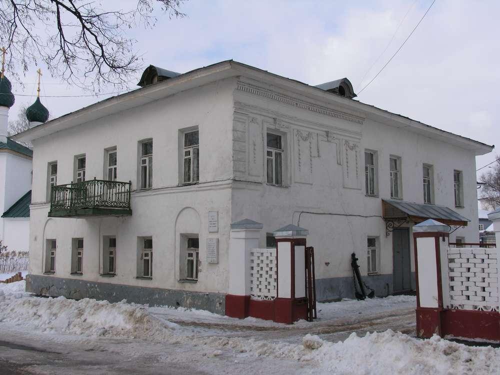 Дома в центре города тоже белоснежные