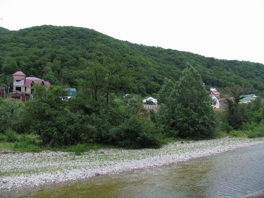 частные дома на берегу реки небуг