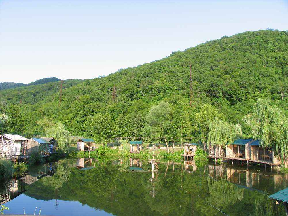 озеро с зеркальной поверхностью