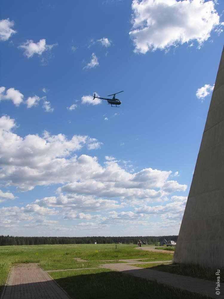 Вертолет над пирамидой