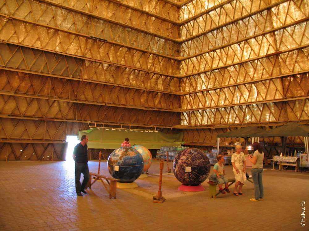 Огромные глобусы в пирамиде
