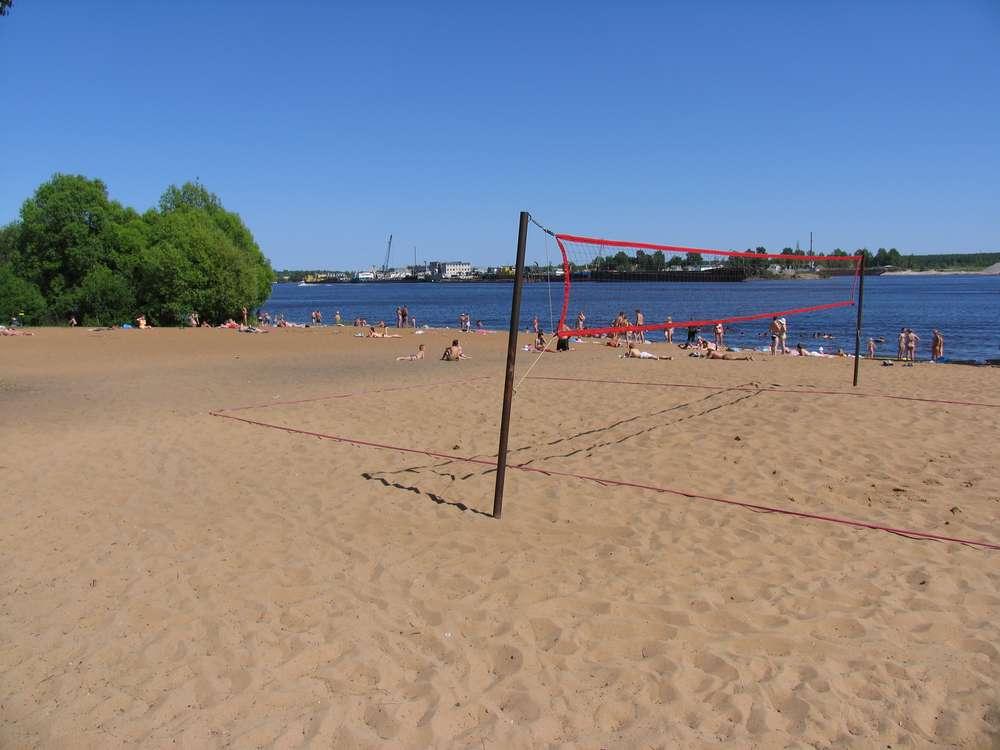 На пляже играют в волейбол