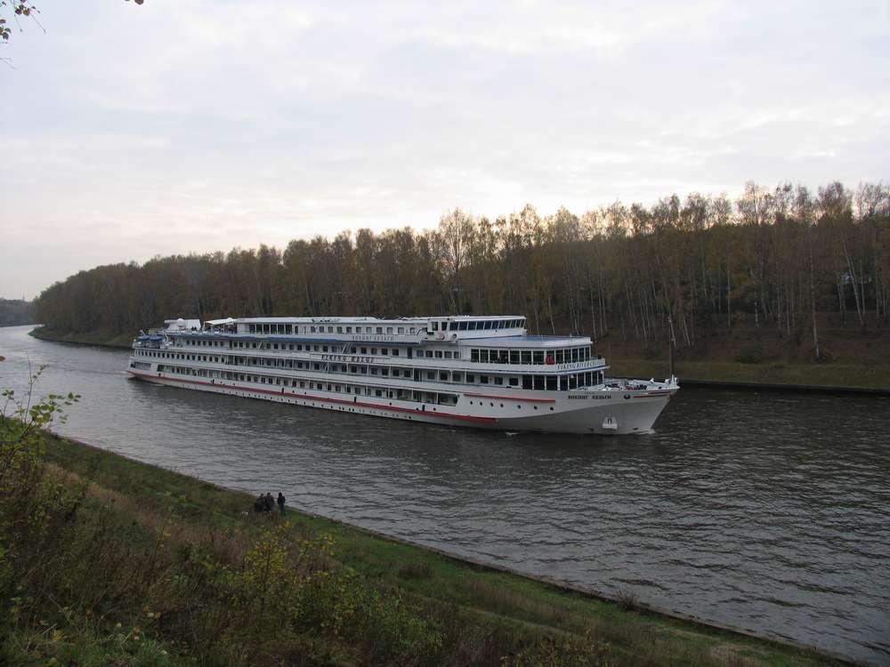 Даже большие пароходы могут плыть по Долгим прудам