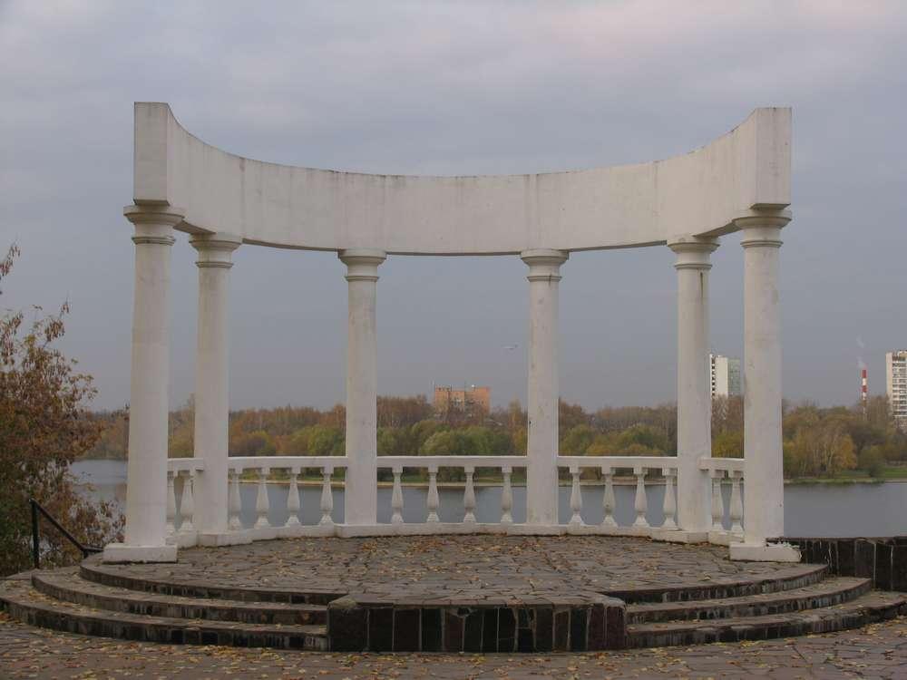 Греческая беседка на берегу канала им. Москвы