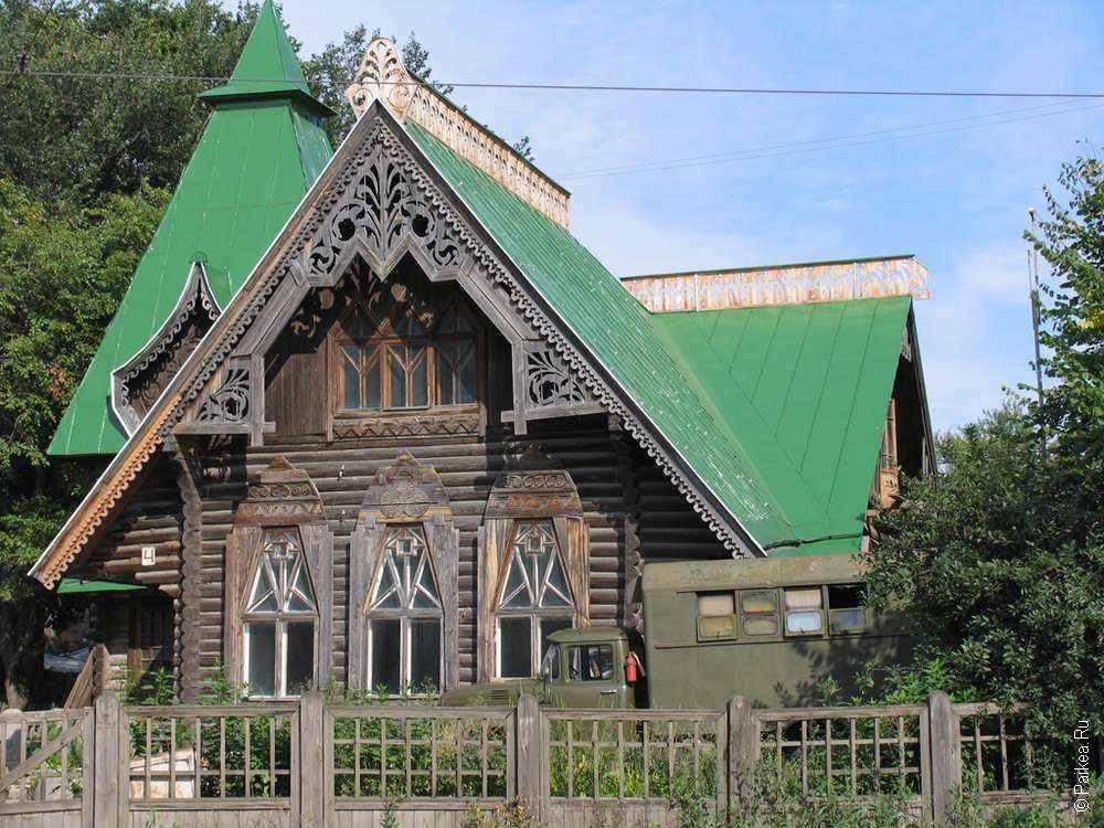 Деревянный дом с зеленой крышей