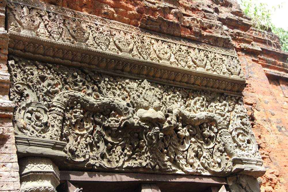 Пример древней архитектуры в обрамлении более позднего строительства