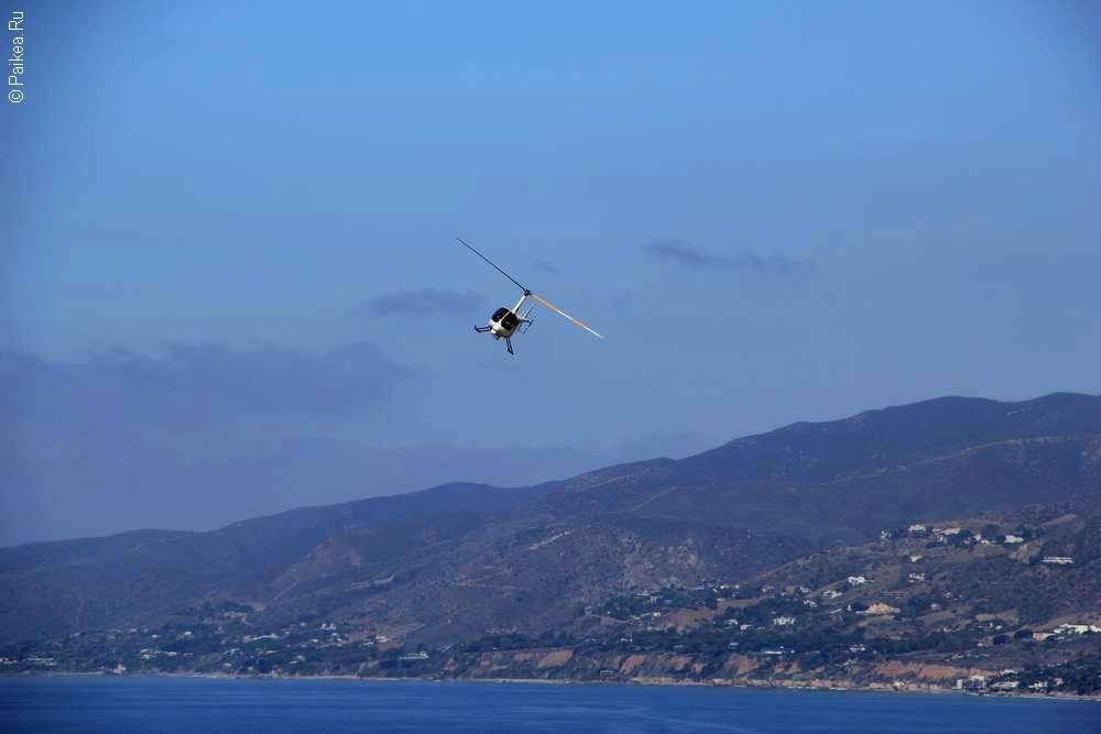 Вертолет над океаном в Калифорнии