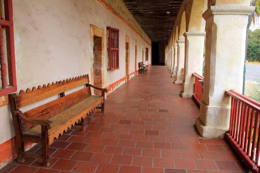 Скамейка внутри галереи Миссии Санта-Барбары