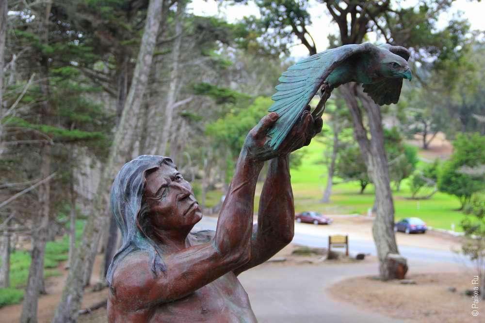 Статуя индейца и птицы