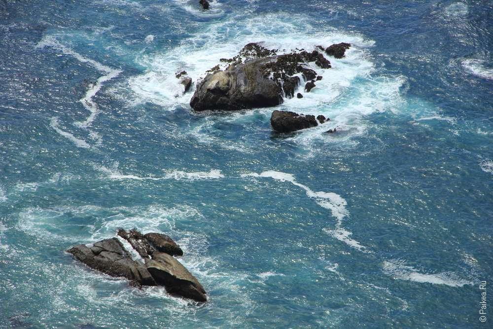 Скалы в Тихом океане