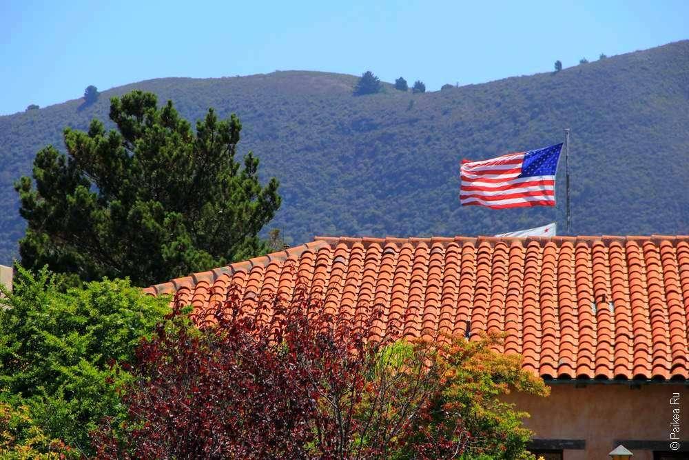 Американский флаг над крышей