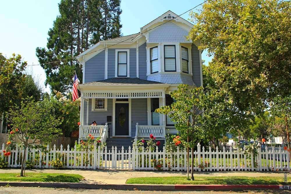Серый дом и садик вокруг него