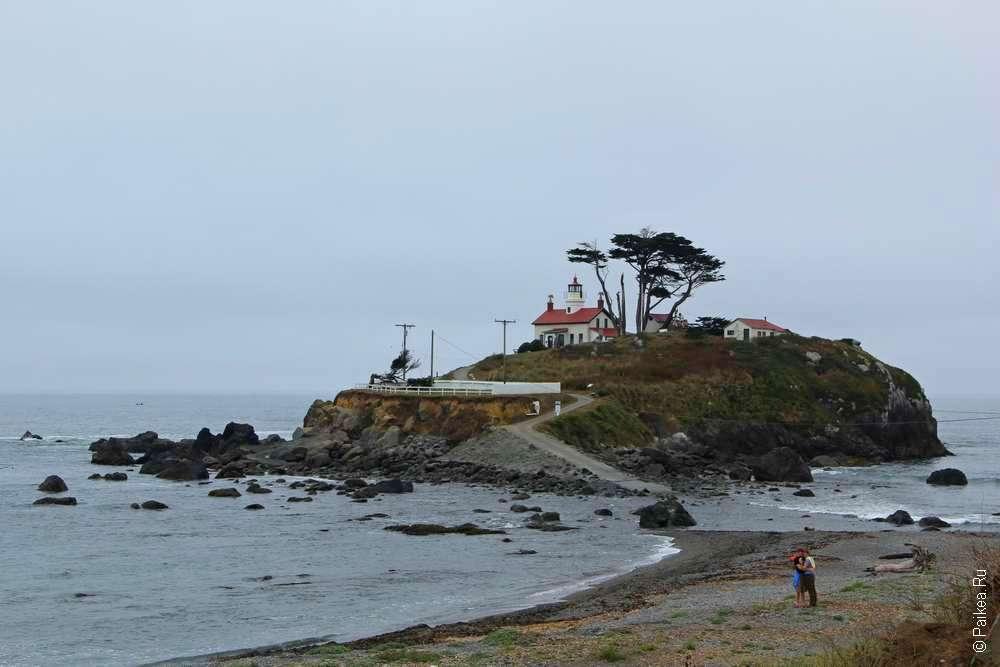 маяк на острове в кресент-сити