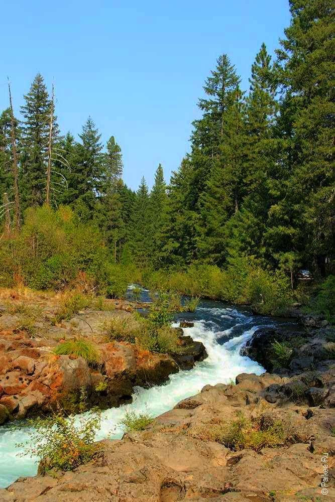 Река со скалистыми берегами