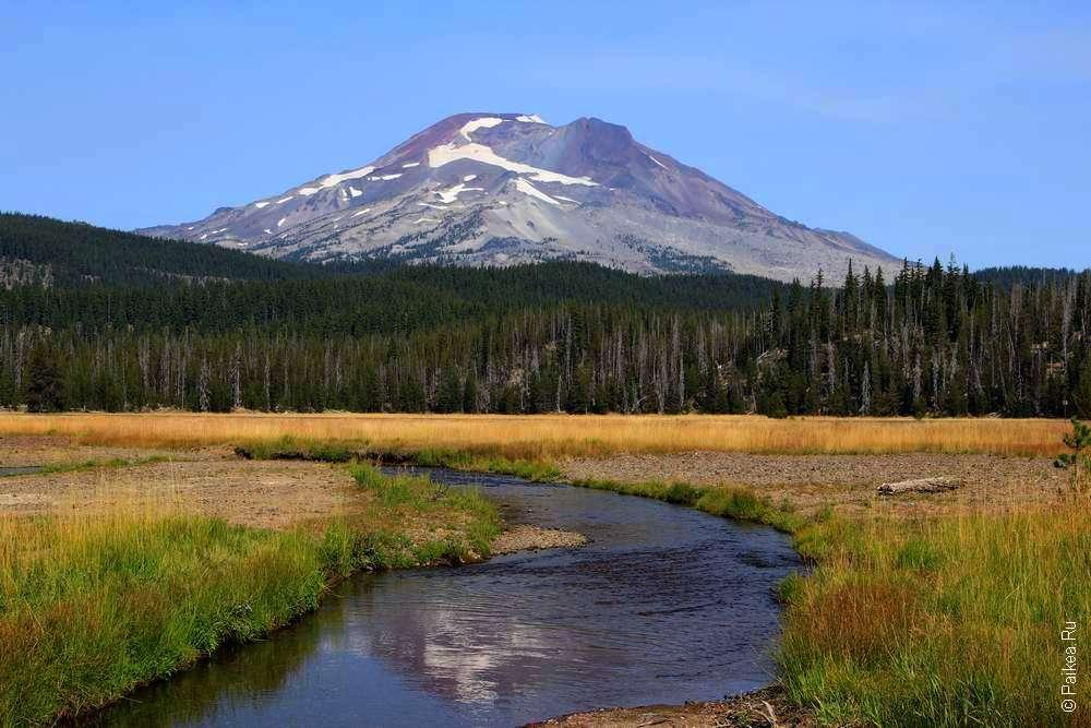Река на фоне горы