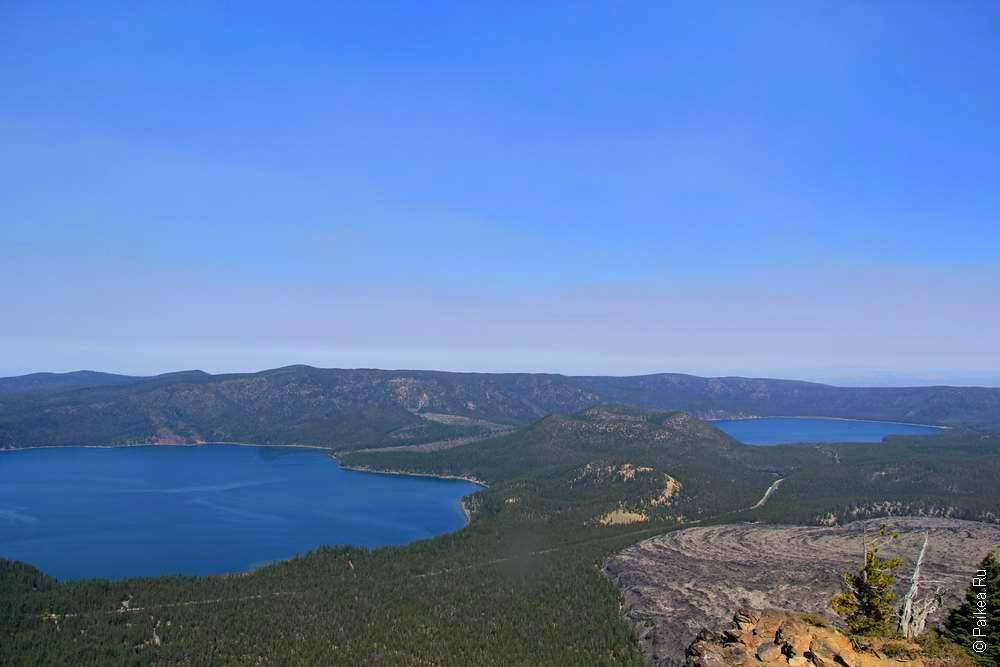 Два озера и море лавы внутри вулкана