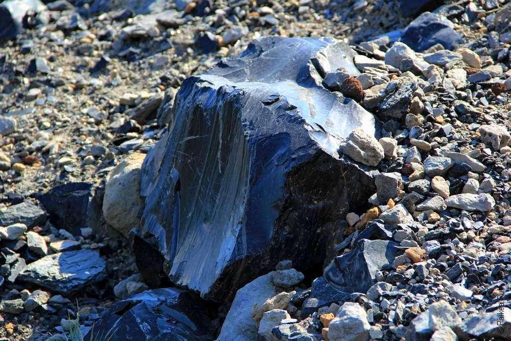 Камень-риолит - черный обсидиан