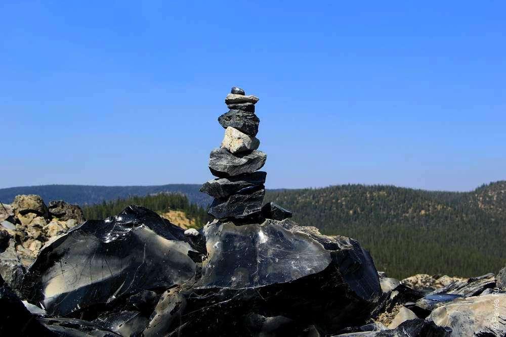 Пирамидка из черного обсидиана
