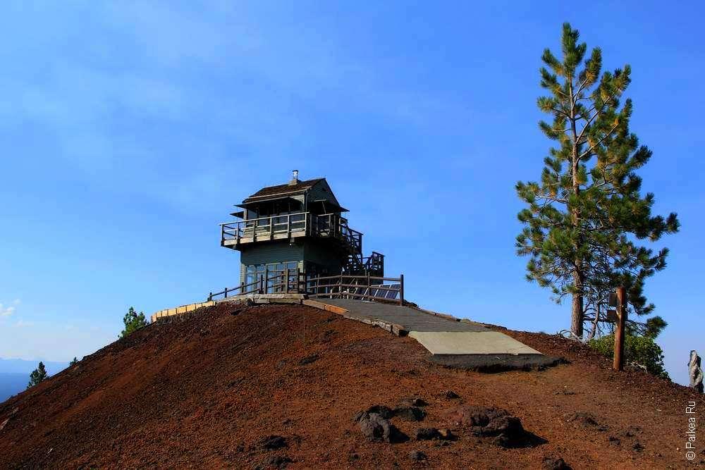 Деревянный дом на конусе вулкана