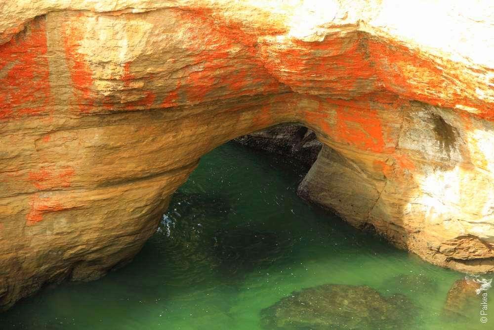 скала и зеленая вода