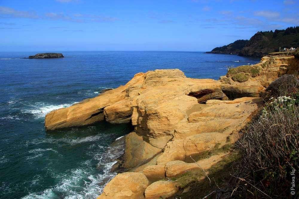 Скалы выступают в океан