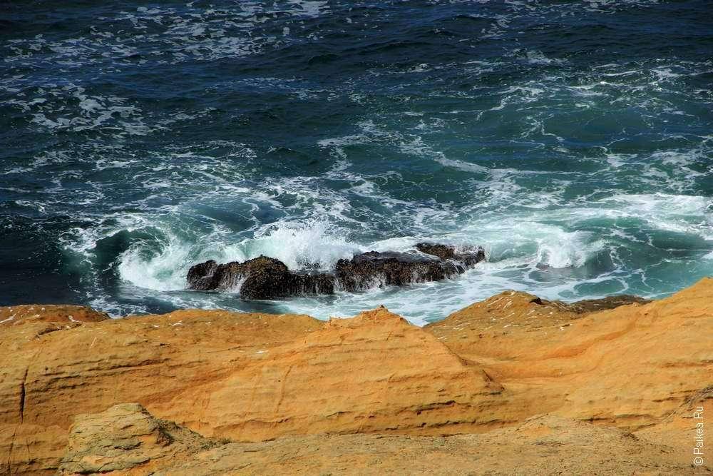 Плоский камень в океане