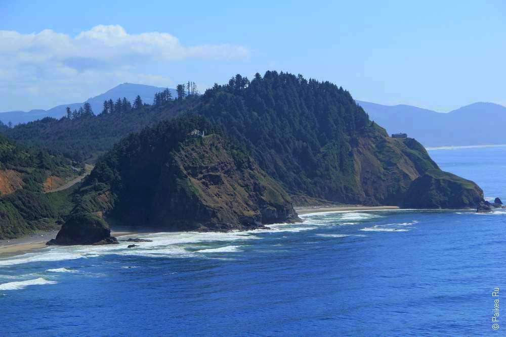 Зеленые скалы у берега