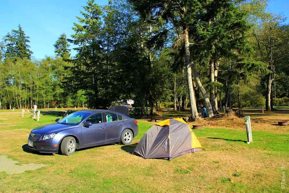 Палатка и машина в кемпинге