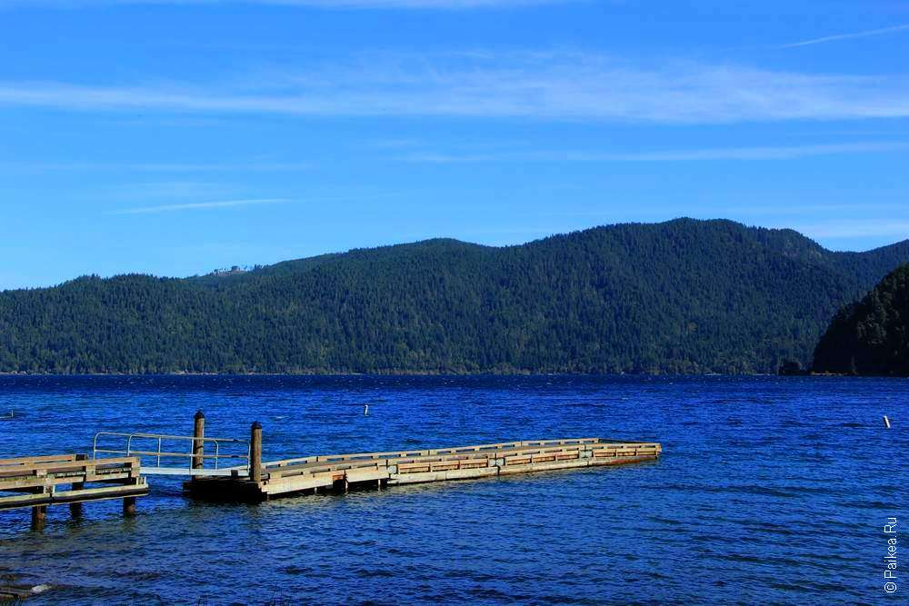 Деревянный причал на озере