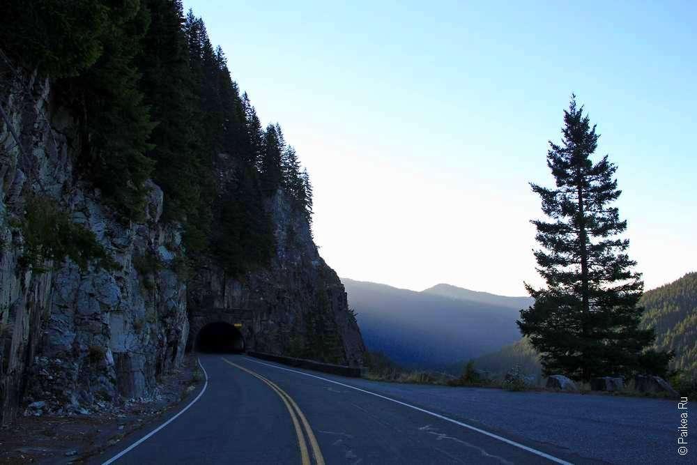 Туннель в скале на дороге