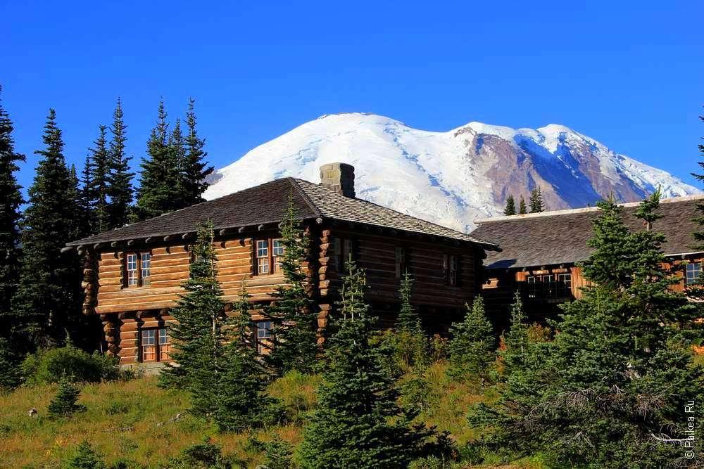 деревянный дом под горой