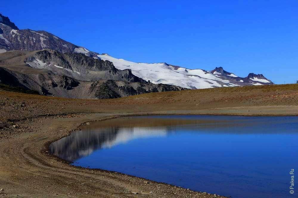 ледник в горах и озеро