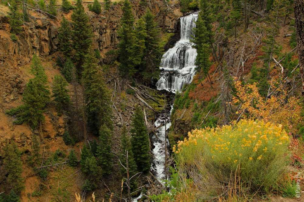 Трехкаскадный водопад в парке Йеллоустоун