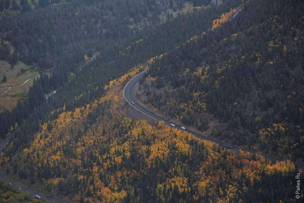 Дорога в скалистых горах