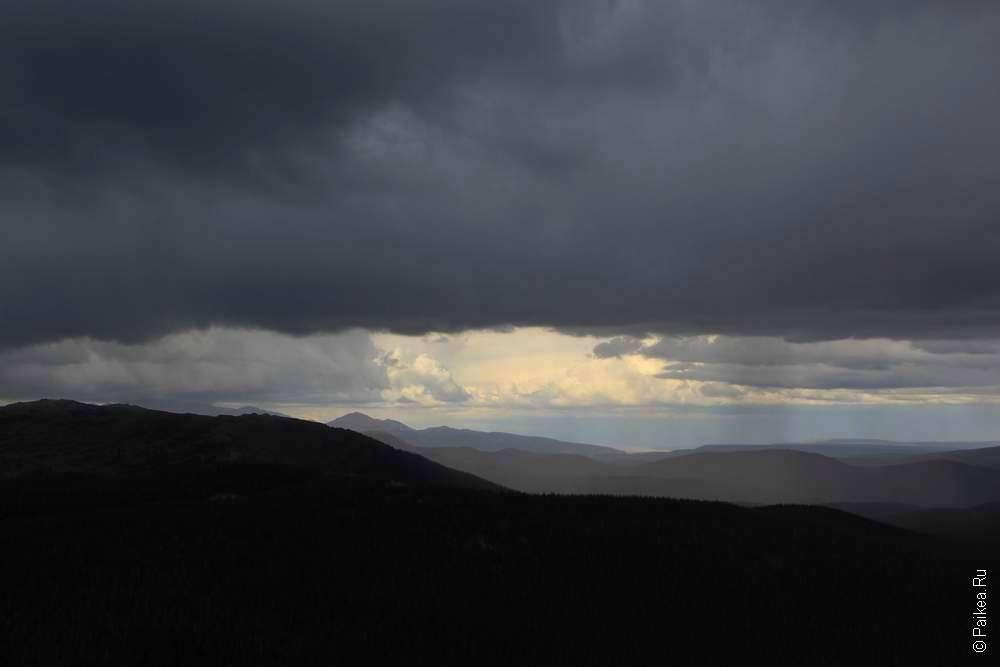 Туча над скалистыми горами