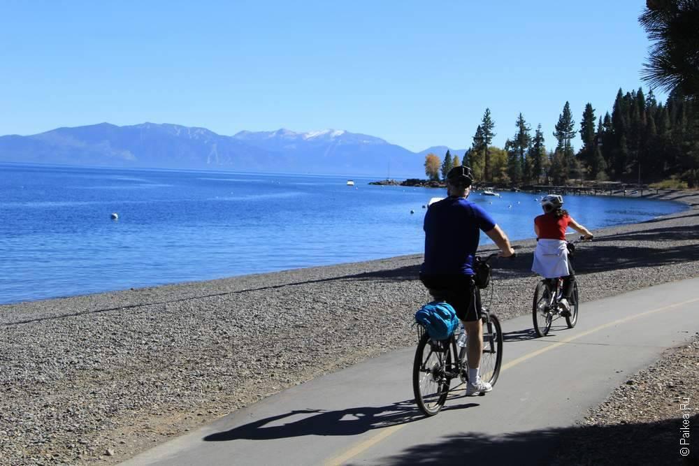 велодорожка рядом с озером