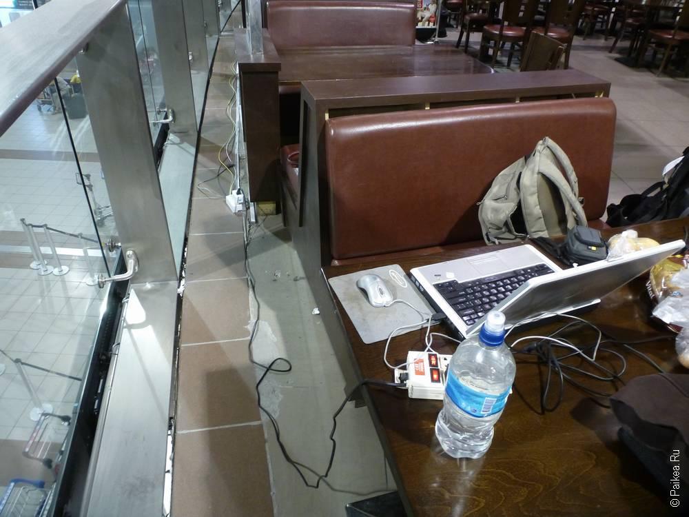 ноутбук на столе в ресторане