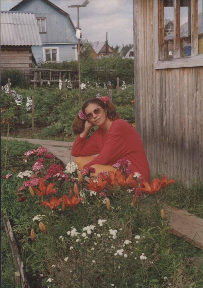 А здесь ей за сорок, и она уже выращивает свои цветы