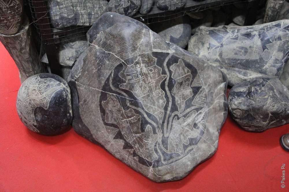 карта мира на камне