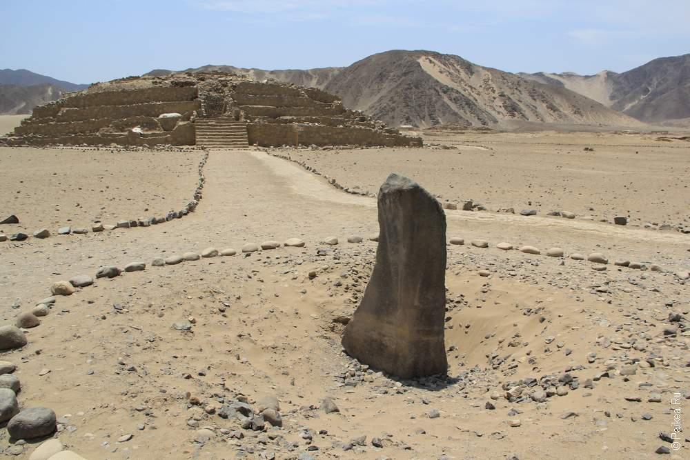 Солнечные часы, компас, календарь и многое другое в окружении пирамид